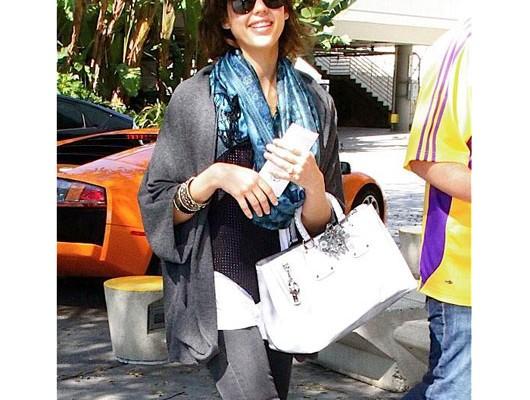 Джессика Альба с сумкой от Prada