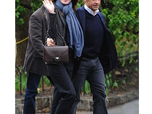 Карла Бруни — Саркози с сумкой от Dior