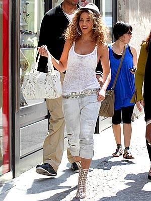 Бейонсе Ноулз с сумочкой от Valentino