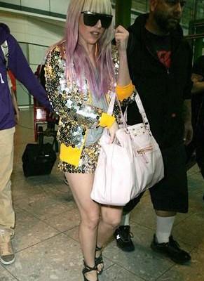 Lady GaGa c с разумной сумкой от Fendi
