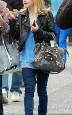 Дакота Фаннинг с сумкой от Balenciaga