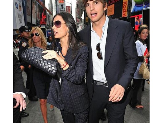 Деми Мур с сумочкой от Chanel