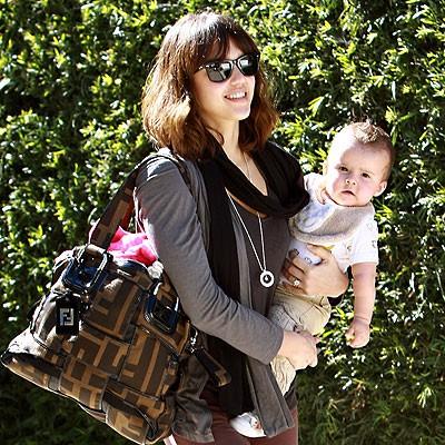 Jessica Alba с сумкой от Fendi