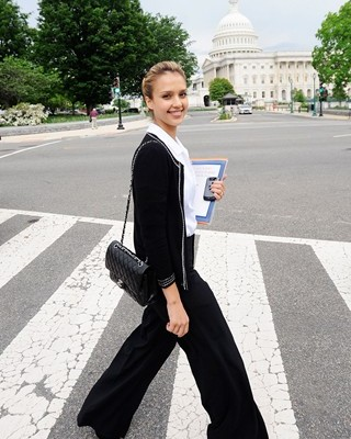 Джессика Альба с сумочкой от Chanel