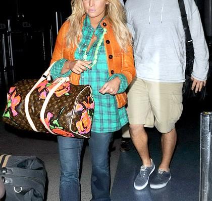 Джессика Симпсон путешествует с сумкой от Louis Vuitton