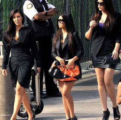 Сёстры Кардашиан и их сумочки