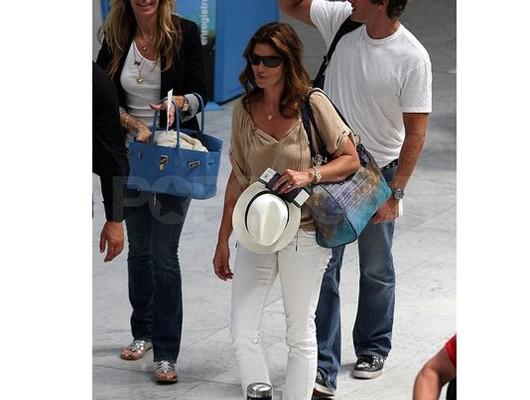 Синди Кроуфорд с сумкой от Louis Vuitton