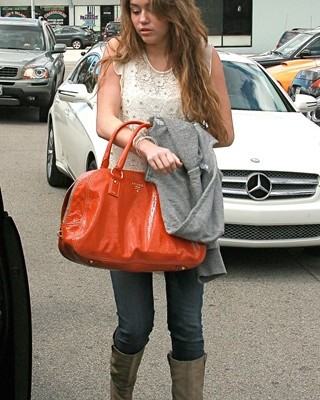 Майли Сайрус с «серьёзной» сумкой от  Prada