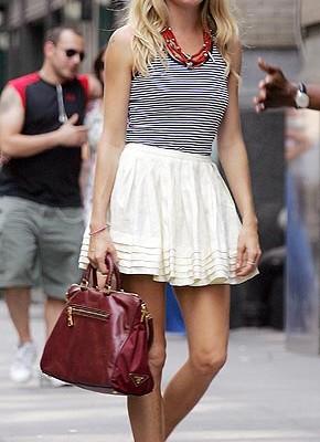 Сиенна Миллер с сумочкой от Prada