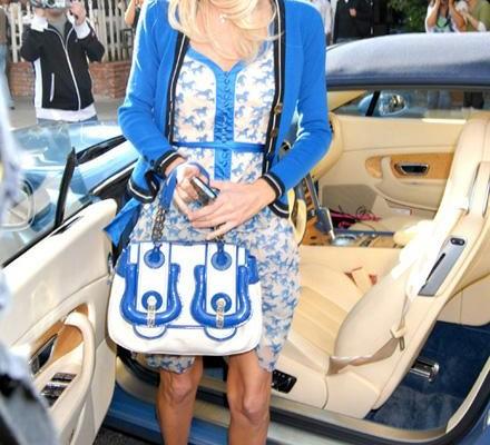 Пэрис Хилтон с сумочкой от Fendi
