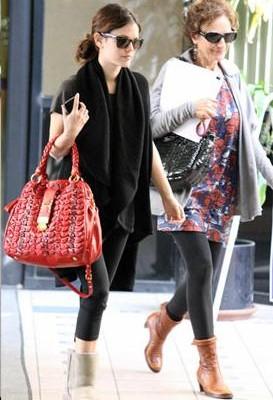 Рэйчел Билсон с сумкой от Miu Miu