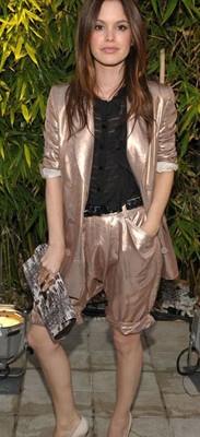 Рэйчел Билсон с клатчем от Longchamp