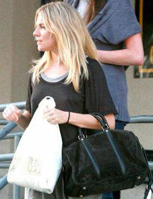 Сиенна Миллер с сумкой от Louis Vuitton