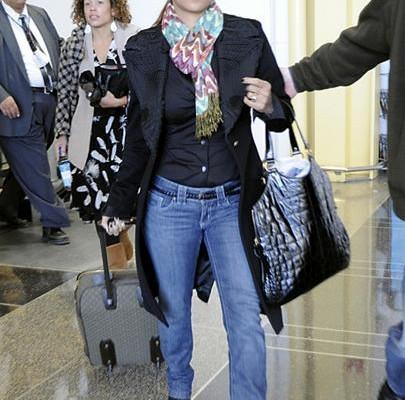 Холли Бэрри путешествует с сумкой от Yves Saint Laurent