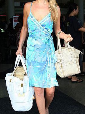 Эли Лартер с сумочкой от YSL