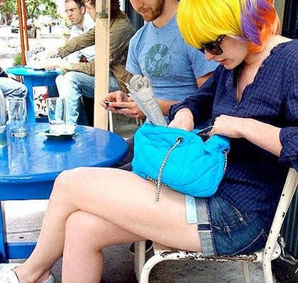 Энн Хэтэуэй с сумочкой от Chanel