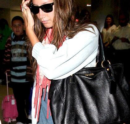 Эшли Тисдэйл с сумкой от Prada